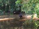 В джунглях Эквадора никак не обойтись без каноэ и мачете